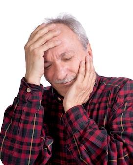 Uomo anziano che soffre di mal di testa su sfondo bianco