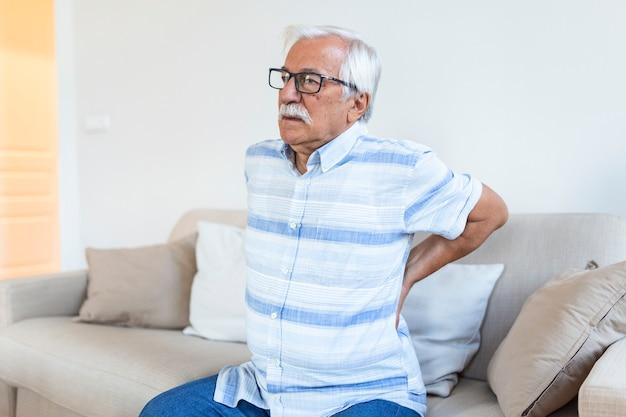 Uomo anziano che soffre di dolore alla schiena. uomo anziano con ernia del disco