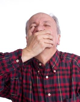 Uomo anziano che soffre di mal di denti su uno sfondo bianco