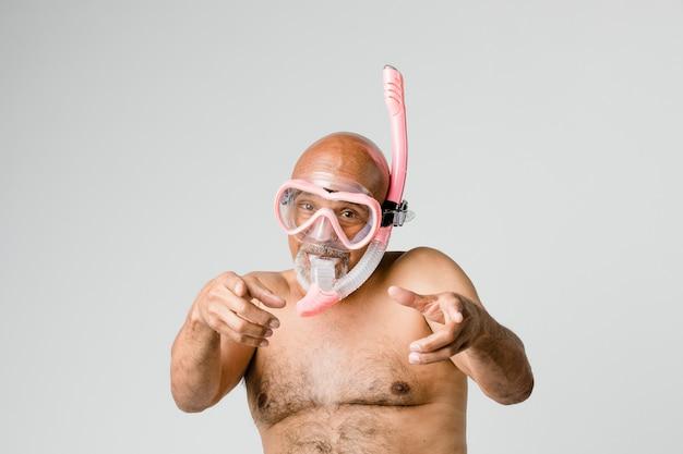 Uomo anziano che indossa una maschera subacquea da snorkeling