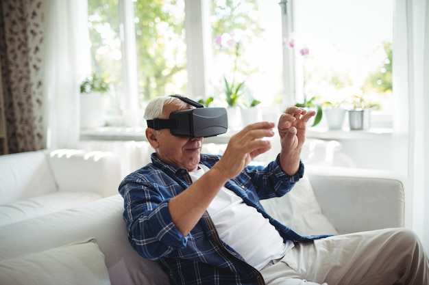 Uomo anziano con gli occhiali virtuali