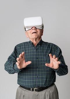 Uomo anziano che indossa un modello di occhiali per realtà virtuale