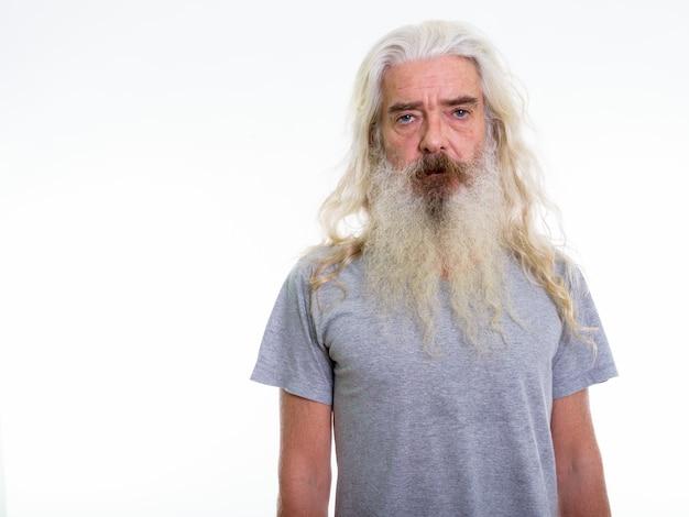 Uomo anziano con barba e capelli grigi