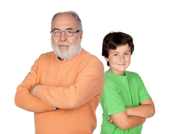 Uomo anziano con i capelli hoary e suo nipote