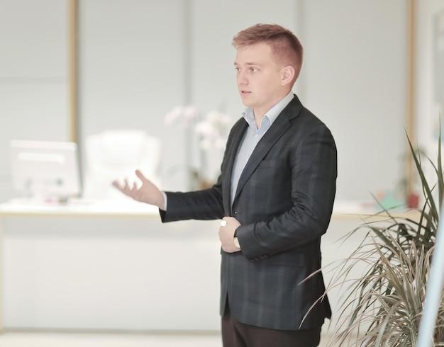 Senior manager legge un rapporto per il team aziendale.foto con spazio di copia