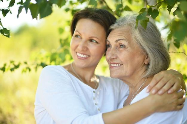Madre anziana e la sua simpatica figlia nel parco