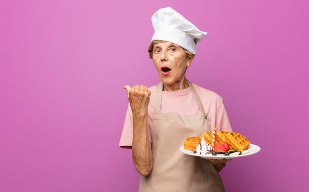 Donna anziana piuttosto anziana del panettiere