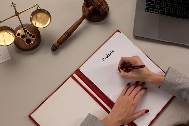 Anziana anziana che esamina e firma il testamento e il testamento