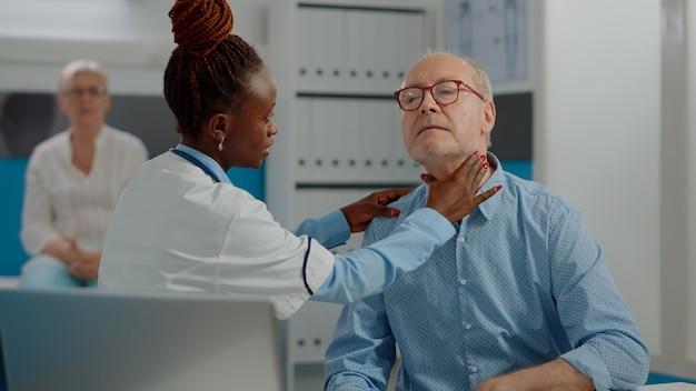 Paziente anziano che ha appuntamento di controllo medico con il medico
