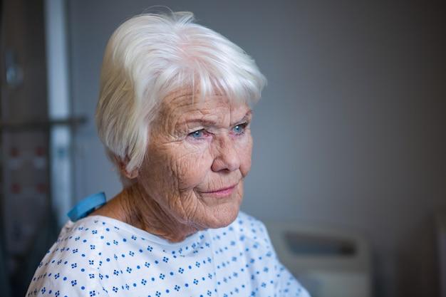 Paziente senior in piedi in ospedale