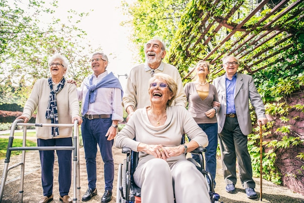 Senior persone che camminano all'aperto
