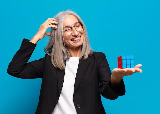 Senior bella donna d'affari con una sfida di intelligenza. risolvere un concetto di problema