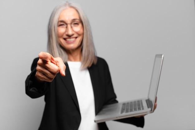 Senior bella imprenditrice con un computer portatile