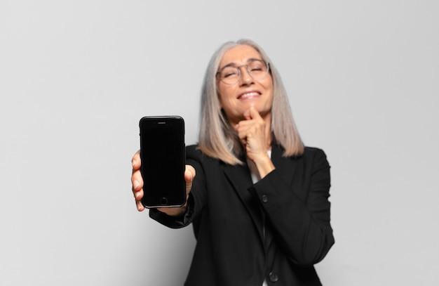Senior bella imprenditrice con uno smart phone.
