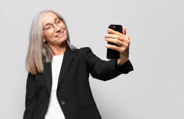 Senior bella imprenditrice con uno smart phone