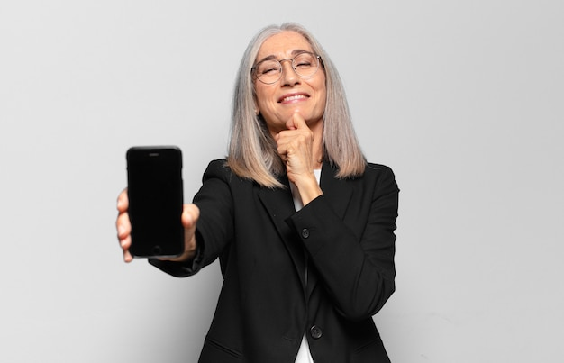 Senior piuttosto imprenditrice con uno smart phone.