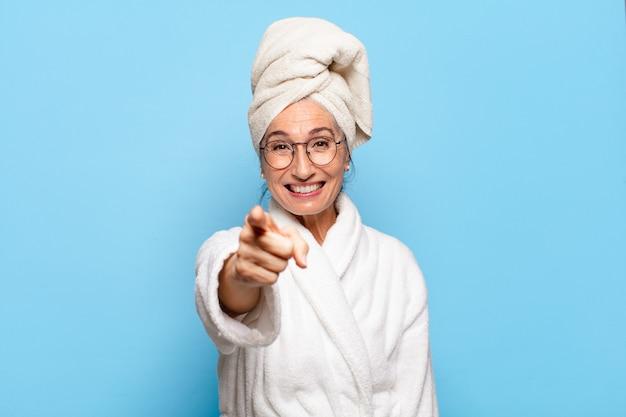 Senior bella donna dopo la doccia indossando accappatoio.