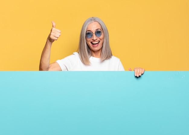 Senior bella donna che indossa occhiali da sole. copia il concetto di spazio