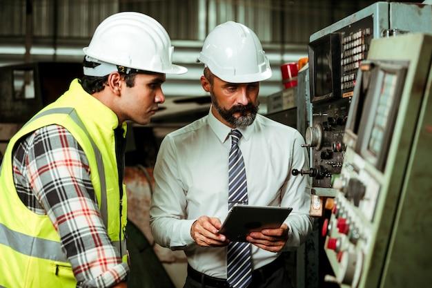 Senior project manager che lavora in una fabbrica industriale