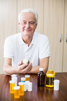 Seduta senior davanti alla medicina