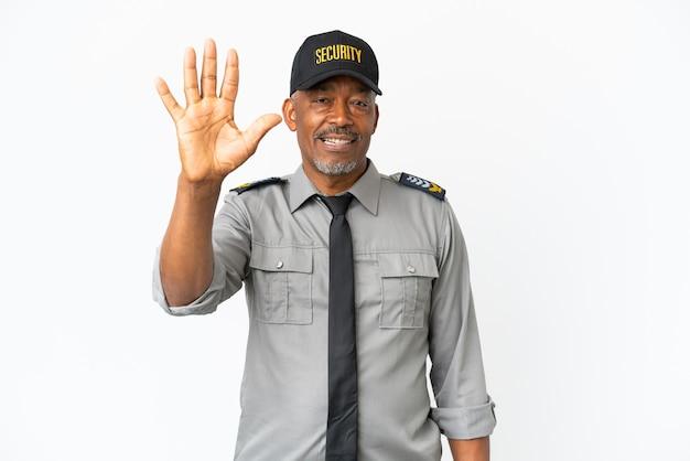 Uomo senior del personale isolato su sfondo bianco contando cinque con le dita