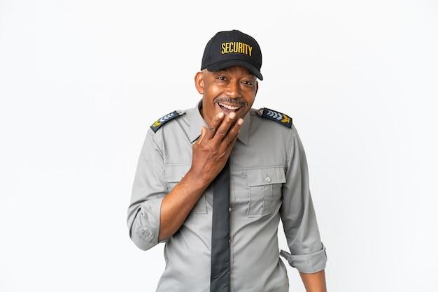 Uomo senior del personale isolato su sfondo bianco felice e sorridente che copre la bocca con la mano Foto Premium