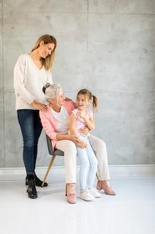 Donna maggiore, donna adulta e bambina carina, tre generazioni a casa