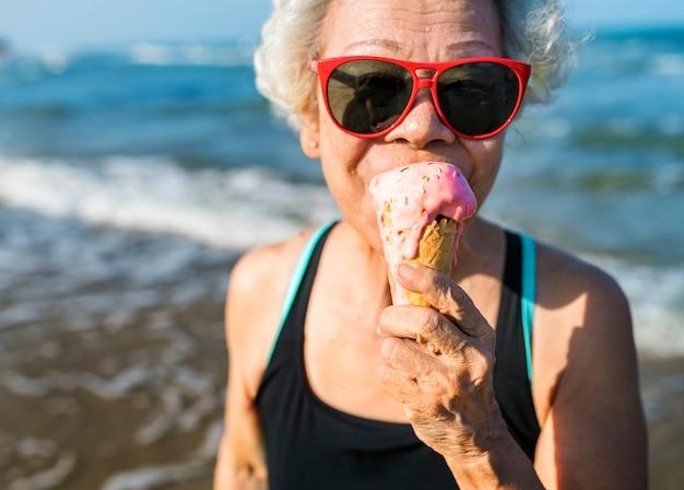 Donna anziana che mangia un gelato