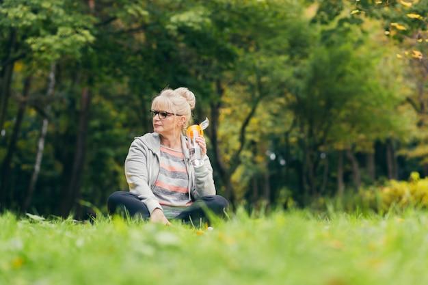 Senior donna che si esercita nel parco