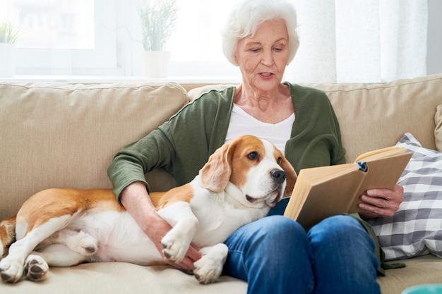 Donna senior e il suo cane a casa