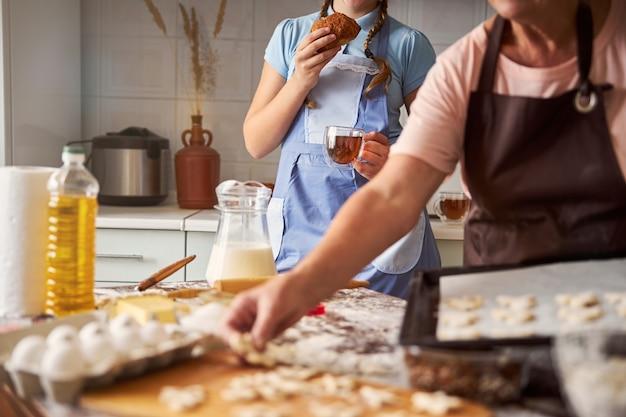 La donna anziana e sua nipote trascorrono del tempo in cucina