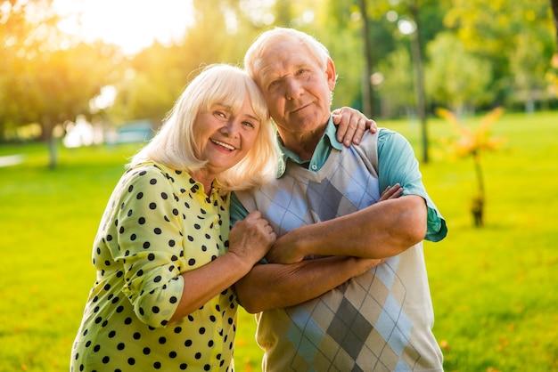 La donna anziana abbraccia l'uomo.
