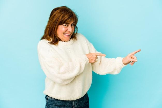 La donna maggiore ha isolato il puntamento scioccato con il dito indice per uno spazio di copia