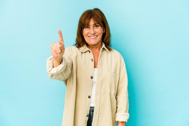 Senior donna isolata che mostra il numero uno con il dito