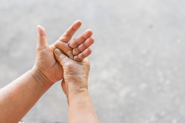 Massaggio donna senior a portata di mano per sollievo