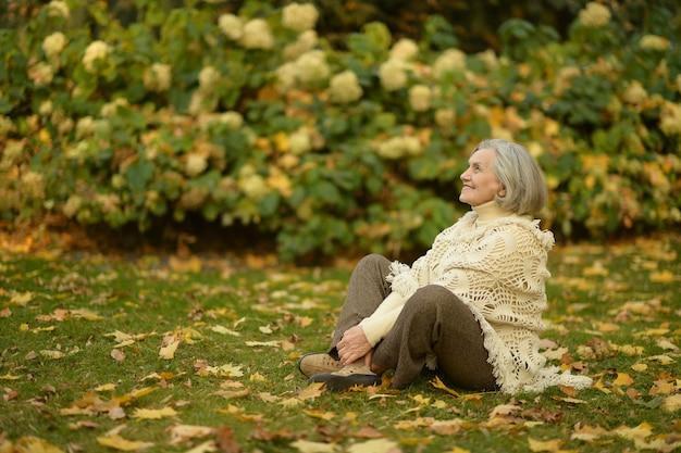 Senior donna nel parco in autunno