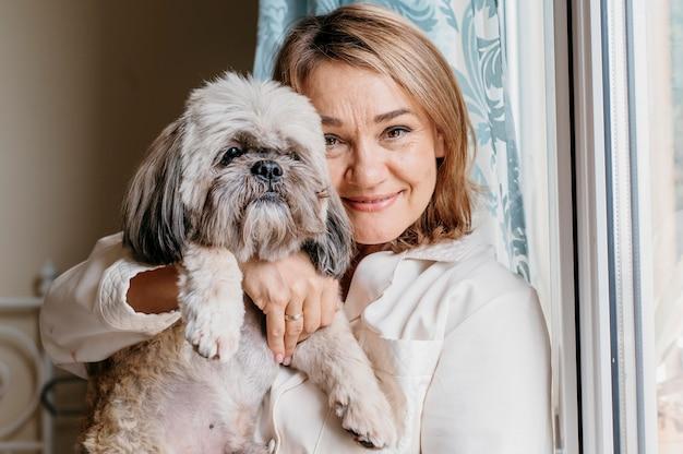 Senior donna come accarezzare il suo cane
