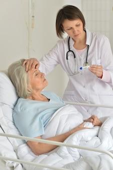 Ritratto di donna anziana in ospedale con medico premuroso