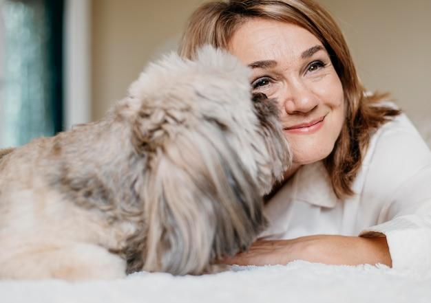 Senior donna rilassante con il suo cane