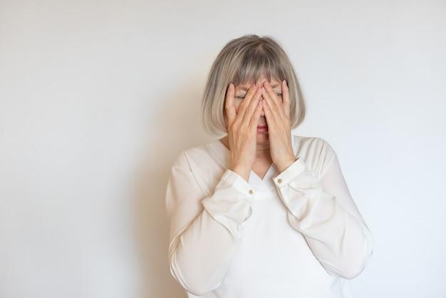 Donna anziana dipendente da stress e alcolismo. concetti di documentario sociale.