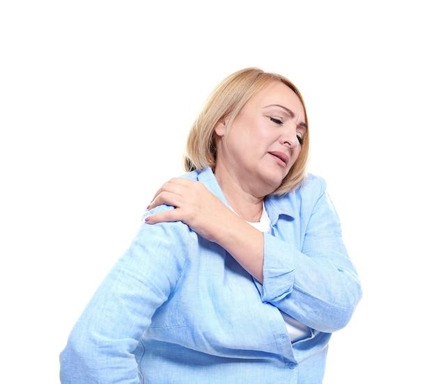 Senior donna che soffre di dolore alla spalla, su sfondo bianco