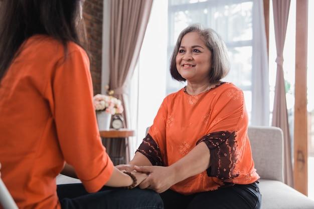 Donna senior che parla con sua figlia