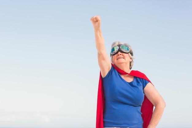 Senior donna che indossa custome superwoman