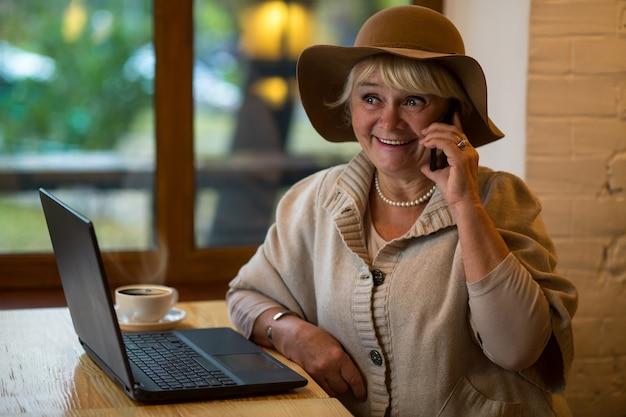 Senior donna con cellulare sorridente