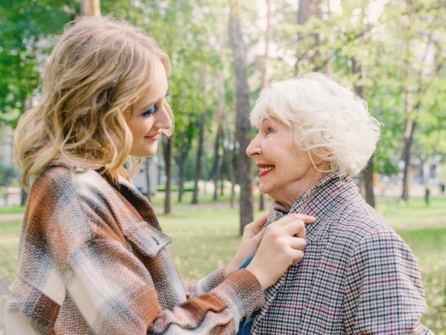 Donna anziana con figlia giovane che cammina all'apertocura della generazione della famiglia amore concetto di vaccinazione