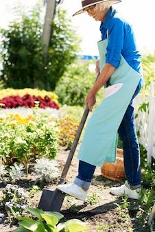 Donna senior che lavora nel giardino