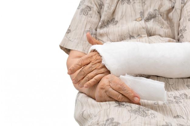 Donne anziane con un braccio rotto