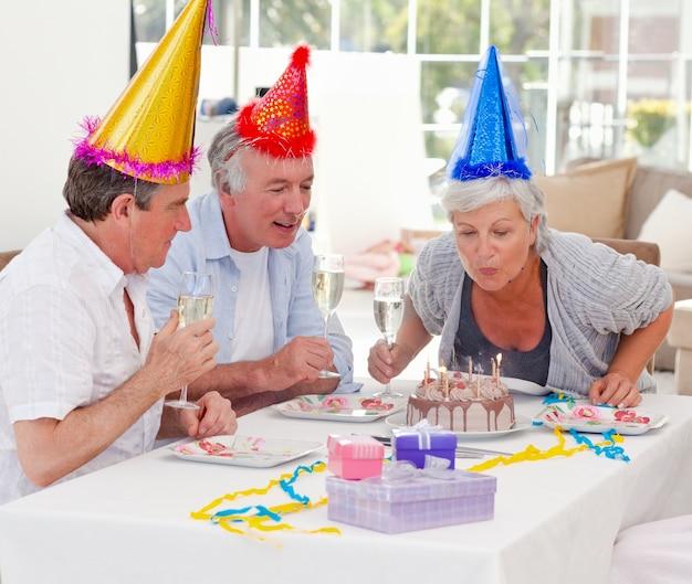 Anziani per il compleanno a casa