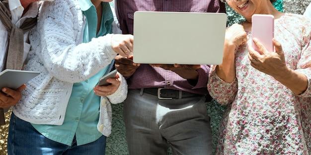 Anziani che utilizzano dispositivi digitali