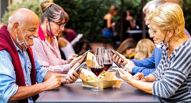 Anziani che utilizzano smartphone all'esterno